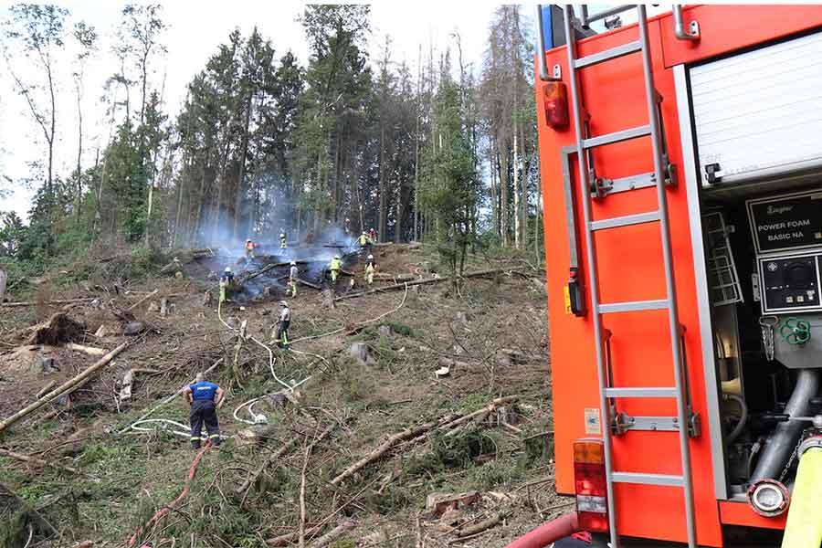 löscharbeiten waldbrand - Waldbrand bei Bühlingen